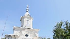 Paredes brancas das cúpulas douradas da igreja, cruzes Céu azul em um fundo vídeos de arquivo