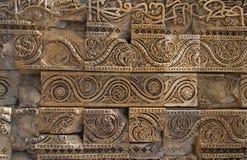 Paredes cinzeladas, complexo de Qutub Minar, Deli, Índia Foto de Stock