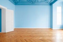Paredes coloridas azuis na sala pintada nova, horizontalmente após a renovação imagem de stock royalty free