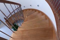 Paredes curvadas de la barandilla de las escaleras de la madera Fotos de archivo
