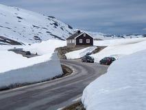 Paredes da neve em torno de uma estrada da montanha em Noruega Foto de Stock