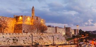 Paredes de la ciudad antigua en la noche, Jerusalén foto de archivo