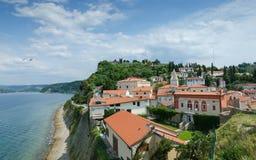 Paredes de la ciudad de Piran en la colina fotografía de archivo