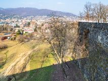 paredes de la ciudad y cuarto residencial de la ciudad de Bérgamo fotos de archivo