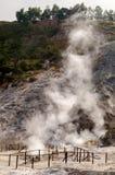 Paredes de la fumarola y del cráter de la solfatara activa del vulcano Foto de archivo libre de regalías