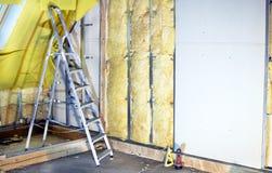 Paredes de la instalación con el cartón yeso y las lanas minerales Imagen de archivo