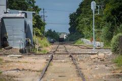 Paredes de la pequeña ciudad y línea rústicas de la pista de ferrocarril Imágenes de archivo libres de regalías