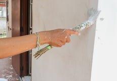 Paredes de la pintura de la mano Pinturas del pintor usando un cepillo Foto de archivo