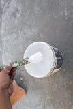 Paredes de la pintura de la mano Pinturas del pintor usando un cepillo Imagenes de archivo