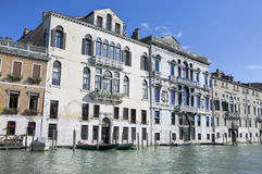 Paredes de palacios en el canal magnífico en Venecia Imagen de archivo libre de regalías