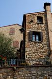 Paredes de pedra antigas e duas casas ArquàPetrarca Vêneto Itália Foto de Stock