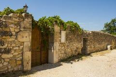 Paredes de pedra antigas e ruas estreitas do cascalho na vila histórica de Le Poeta Laval na área de Drome de Provence fotografia de stock