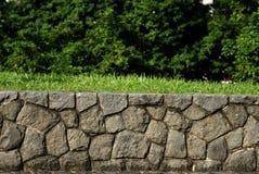 Paredes de pedra e árvores Imagens de Stock