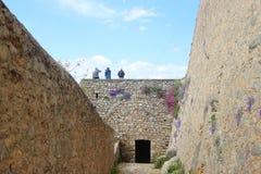 Paredes de piedra del castillo de Palamidi, construidas en 1714 Gente en una pared Nafplio, Grecia imágenes de archivo libres de regalías