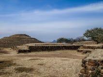 paredes de piedra y una pirámide circular en la zona arqueológica de Guachimontones en México foto de archivo