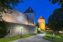Paredes de Tallinn e torres na noite, Estônia Fotos de Stock