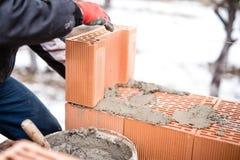 Paredes de tijolo buliding do trabalhador no canteiro de obras da casa, pedreiro Fotografia de Stock