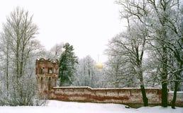 Paredes de tijolo vermelho antigas e uma igreja imagem de stock