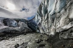 Paredes del hielo y gruta del glaciar del macizo de Kverkfjoll en el parque nacional de Vatnajokull en Islandia imagen de archivo