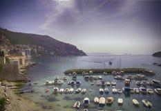 Paredes del puerto y de la ciudad foto de archivo