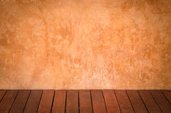 Paredes del yeso de Brown y pisos de madera fotos de archivo