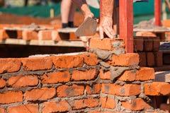 Paredes do artesão da alvenaria da construção Foto de Stock