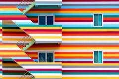 Paredes do fundo de construções coloridas brilhantes com escape de fogo/construções coloridas brilhantes fotografia de stock