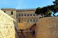 Paredes do ` s da fortificação de Valletta, em Malta imagens de stock