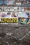 Paredes dos grafittis foto de stock