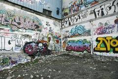 Paredes dos grafittis imagens de stock