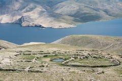 Paredes Drystone na paisagem moonlike do cársico em torno de Baska, ilha de Krk, Croácia imagens de stock royalty free