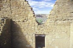 Paredes e entrada de Adobe, cerca do ANÚNCIO 1060, ruínas indianas da garganta de Chaco, o centro da civilização indiana, nanômet Foto de Stock
