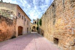 Paredes e ruas estreitas da cidade velha de Alcudia, Mallorca, Espanha fotos de stock royalty free