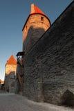 Paredes e torres da fortaleza na cidade velha de Tallinn Imagem de Stock