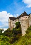 Paredes e torres do castelo da cidade de Loket Imagens de Stock