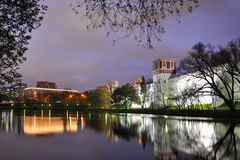 Paredes e torres do convento de Novodevichy quadro por árvores no crepúsculo Fotos de Stock Royalty Free