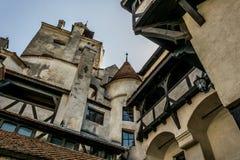 Paredes e torres do farelo do castelo A residência legendária de Drakula nas montanhas Carpathian, Romênia fotografia de stock