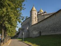 Paredes e uma das torres antigas do Kremlin de Pskov Imagens de Stock Royalty Free