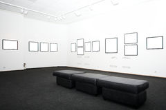 Paredes en museo con los marcos Imágenes de archivo libres de regalías