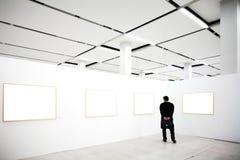 Paredes en museo con los marcos Imagenes de archivo