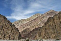 Paredes enormes coloridas de la montaña rocosa de Himalaya majestuoso Fotografía de archivo libre de regalías