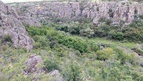 Paredes enormes de las rocas del barranco de Aktovo Foto de archivo