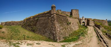 Paredes exteriores y puerta de la entrada principal de la fortaleza de Juromenha Foto de archivo