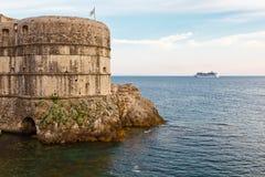 Paredes inminentes de la ciudad del barco de cruceros de Dubrovnik Imagenes de archivo