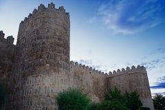 Paredes medievais de Avila no por do sol fotos de stock royalty free