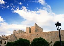 Paredes medievais de Avila no por do sol fotografia de stock royalty free