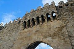 Paredes medievales de una fortaleza de piedra en la ciudad vieja del capital imágenes de archivo libres de regalías