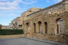 Paredes medievales de una fortaleza de piedra en la ciudad vieja del capital fotos de archivo