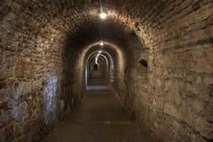 Paredes oscuras del pasillo bajo tierra con las luces naturales Budapest Ca Foto de archivo libre de regalías