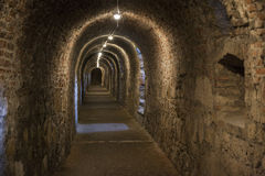 Paredes oscuras largas del pasillo bajo tierra con las luces naturales Foto de archivo libre de regalías